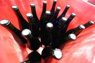 Embouteillage du RAS vin rouge bio du mas des caprices à la cave de Leucate Village, photographie Serge Briez, Cap Médiations 2014
