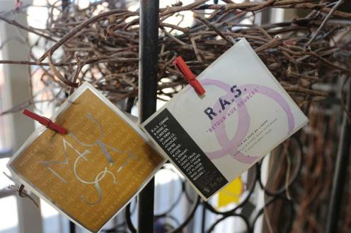 Étiquettes des vins du mas des caprices, à la cave de Leucate Village, photographie Serge Briez, Cap Médiations 2014
