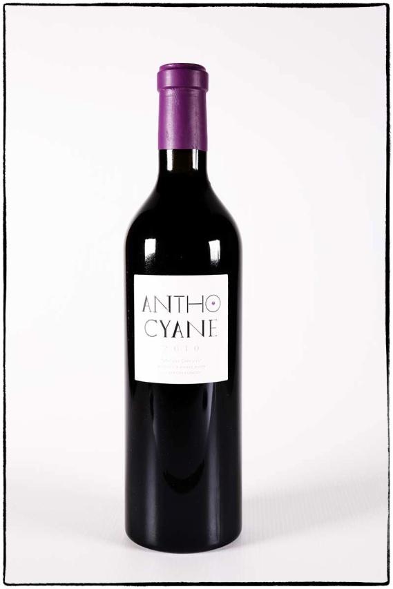 Photographie des bouteilles d'anthocyane, vin rouge du Mas des Caprices par Serge Briez pour Cap Médiations