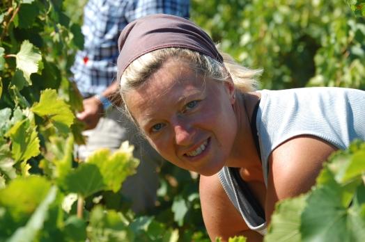 Photographie de Mireille Mann dans les vignes du Mas des Caprices, Photos Serge Briez 2012 pour Cap Médiations