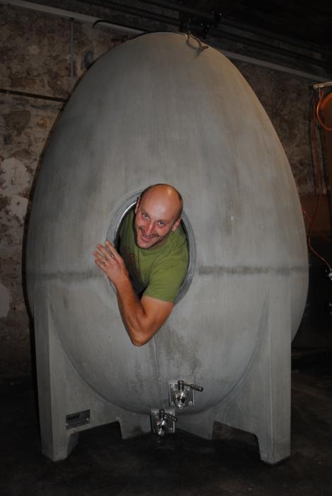 Photographie de Pierre Mann du Mas des Caprices dans la cuve Oeuf du blanc de l'oeuf, vin blanc du Mas des Caprices