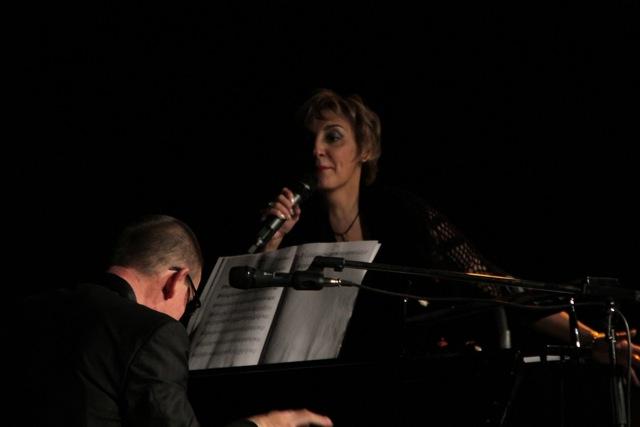 Photographies de José Arrué pianiste et Maggy Villette lors du spectacle Maggy chante Piaf, photos Serge Briez pour Cap Médiations 2012