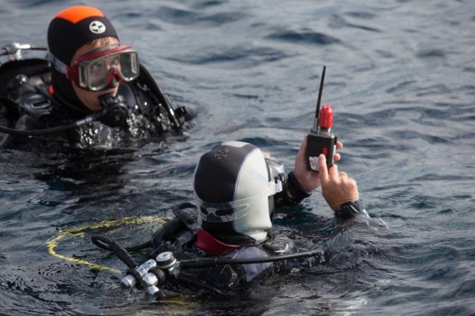 Envoi de messages pre-enregistrés avec e-narwhal au bateau de ralliement de Bandol Plongée avec seareka. Photo Serge Briez pour Cap Médiations 2016