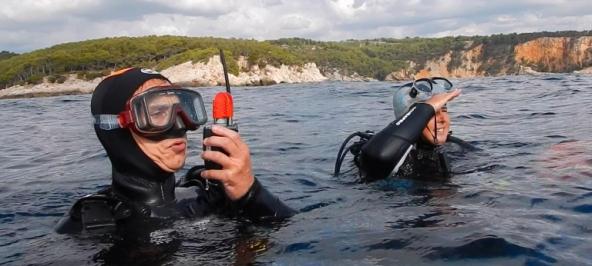 Communication sonore avec la VHF e-narwhal pour contact avec me bateau de ralliement de Bandol Plongée avec seareka Photo Serge Briez pour Cap Médiations 2016